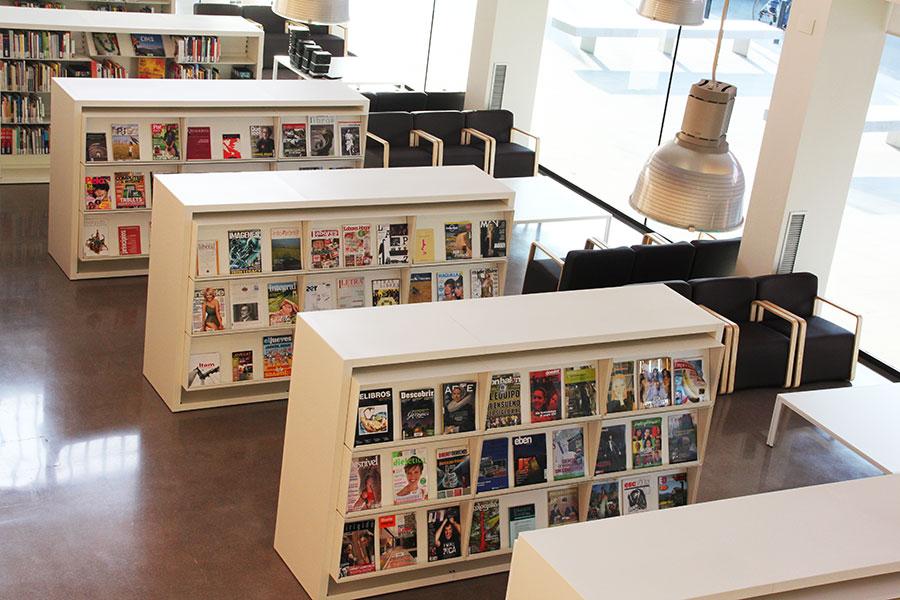 Biblioteca_zona_revistas_butacas_pineda_iduna_estanteria_revisteros_colgados_wholecontract