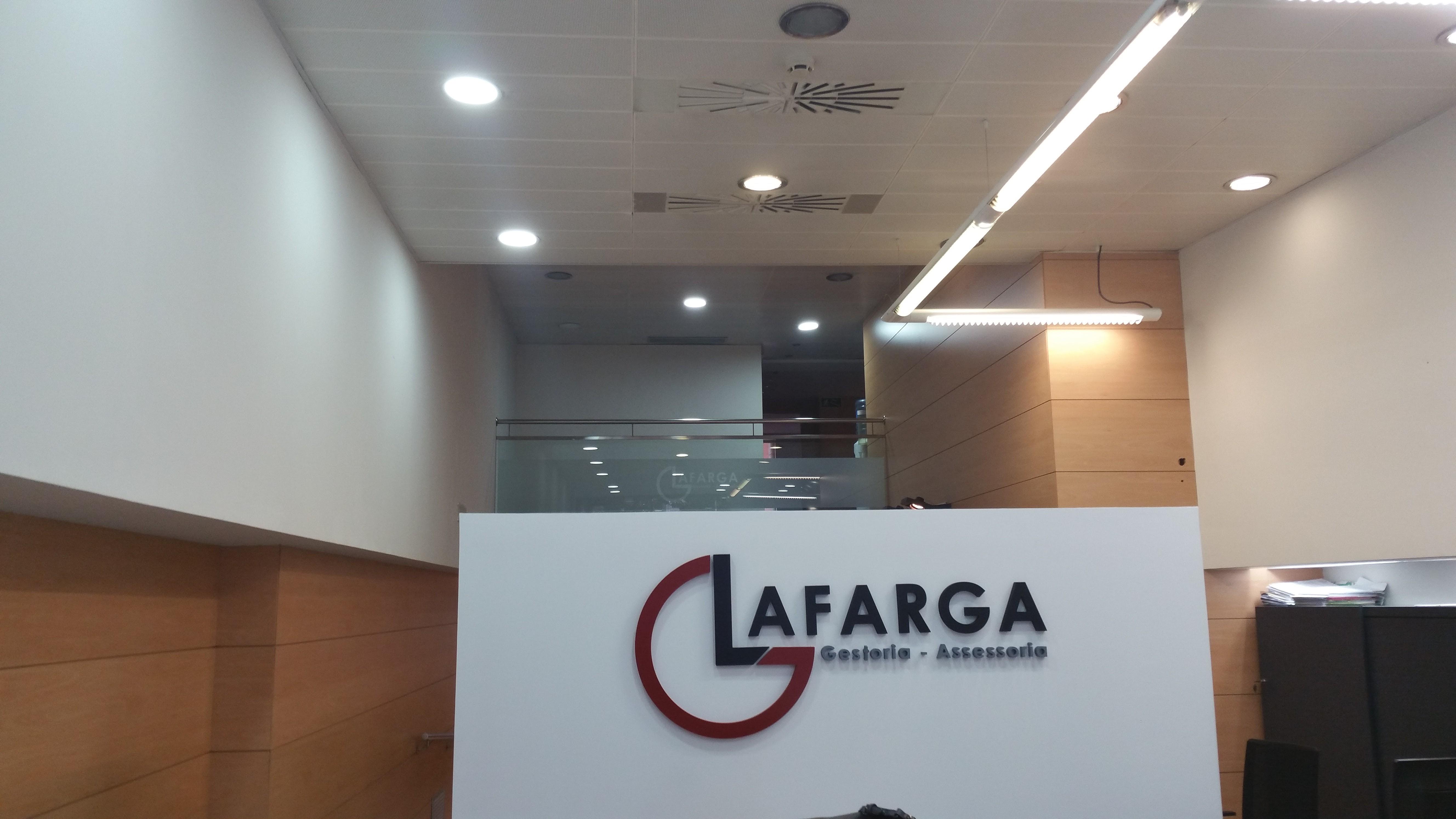lafarga_mobiliario_furniture_saladeespera_mostradorcurvo_proyecto_interiorismo_wholecontract_forma5_guialmi_sillas_armarios_interiorismo
